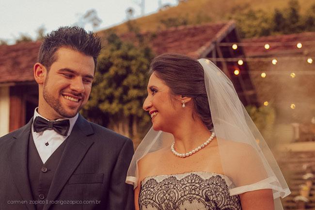 Noiva com vestido de noiva preto com o noivo