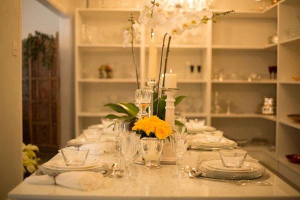 Mesa posta em branco e amarelo