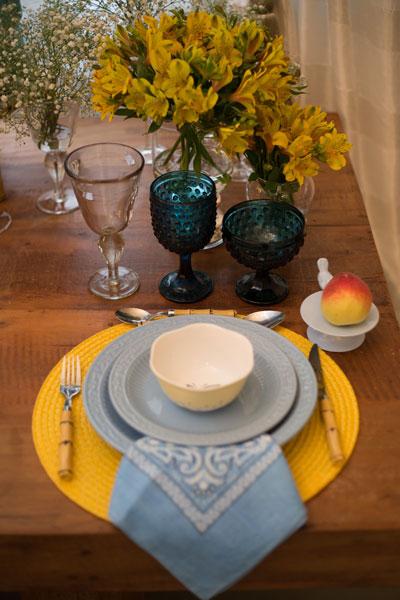 Mesa posta café da manhã prato azul e amarelo