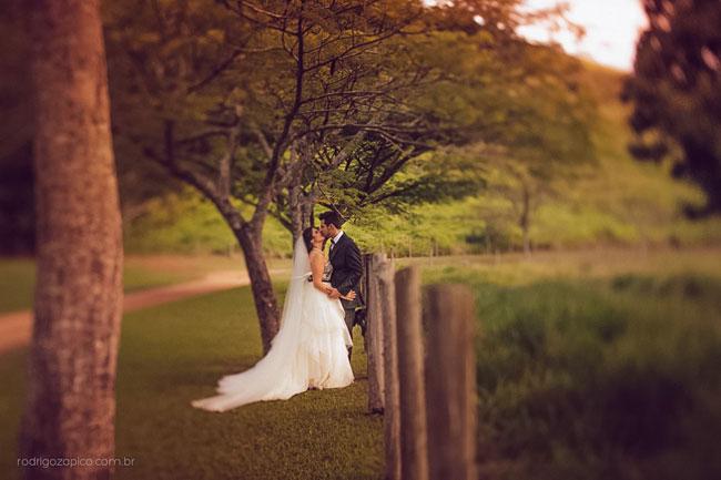 Noiva e Noivo em casamento no campo
